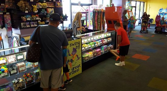 Warner Robins, GA: Picking out prizes