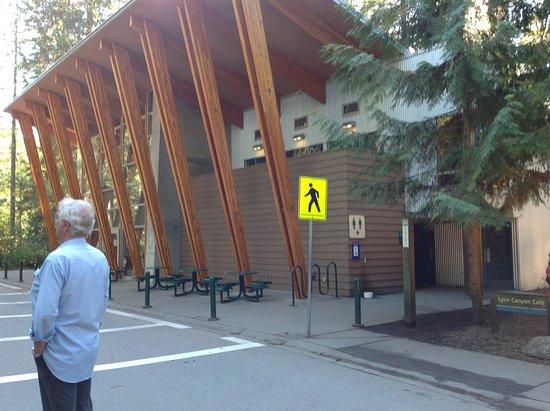 นอร์ทแวนคูเวอร์, แคนาดา: Beautiful cafe and bathrooms