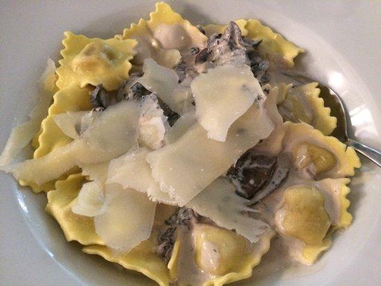 Pizzeria Fratelli : Bruschettas not quite traditional and mushroom ravioli weren't nice!