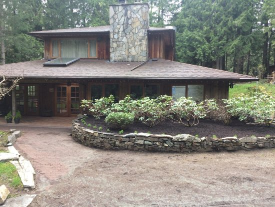 Lake Cowichan, Canada: The restaurant is at the front of the building while our lovely B & B is around the back.