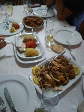 Portalegre, Portugal: Galinha tostada e carne do alguidar acompanhados com migas
