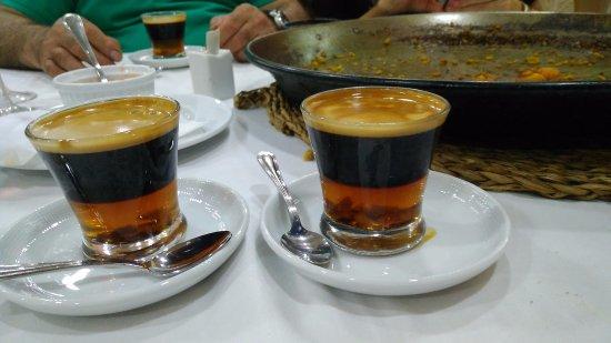 Alacuas, Spain: Los cremaets y de fondo la paella con lo poco que dejamos