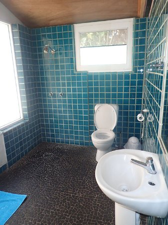 Dolphins Beach House: Shared bathroom. No handwash or soap at basin.