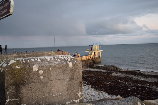 Salthill-Promenade: Where people were jumping into water
