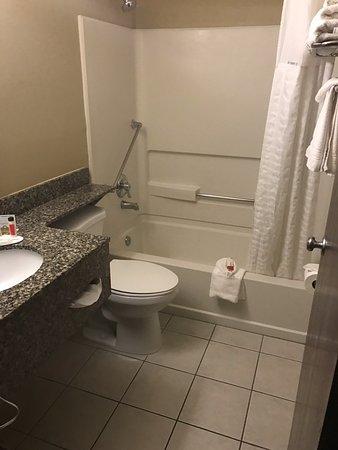 Clarion Inn: Clean bathroom