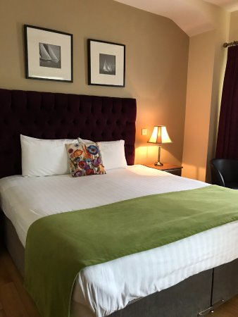 Kinvara Guesthouse: King Bed Nice drapery fabric(high quality) and headboard high end too. Bedding and bed great