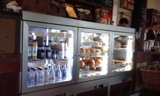 Crows Nest, Austrália: Food and drinks in the glass display counter
