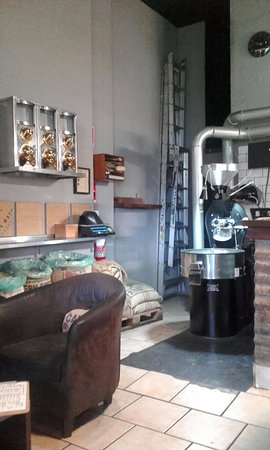 Crows Nest, Austrália: Coffee bags and grinder at eastern end of the cafe