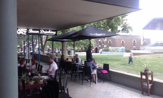 Crows Nest, Austrália: Park and Uniting Church frontage to cafe