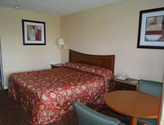 Rocky Hill, CT: 1 King Bed Room