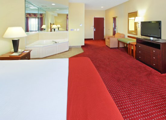 North Little Rock, AR: A comfy King bed and Jacuzzi tub makes for a perfect stay