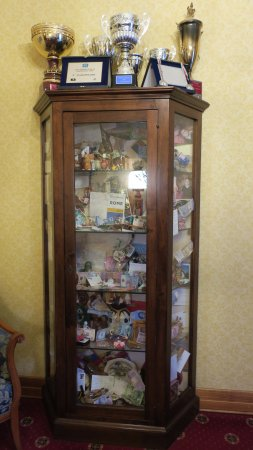 Hotel Oceania: Cabinet in the reception with mementos from guests