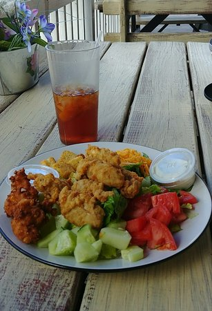 Tappahannock, Вирджиния: Salad with oysters and hushpuppies