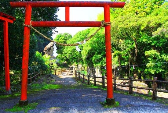 Kobayashi, Japón: 鳥居の奥に見える陰陽石