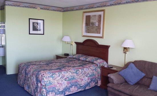 Hamel, IL: 1 Queen Bed Non-Smoking