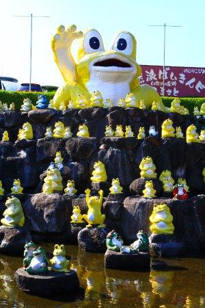 Kobayashi, Japón: 黄色いカエルが出迎えます