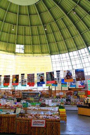 Kobayashi, Japón: ドーム状の売店内部。奥は食事処です。
