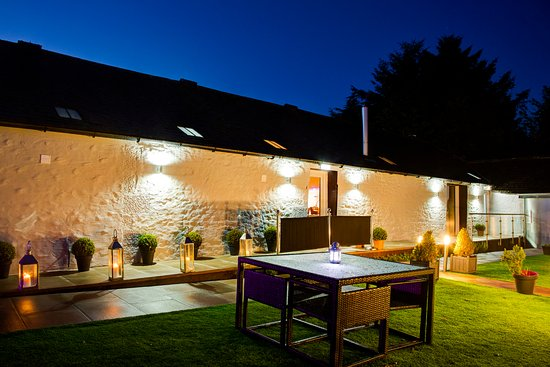 Dalton, UK: Please come and enjoy our garden and outside lounge on a warm evening