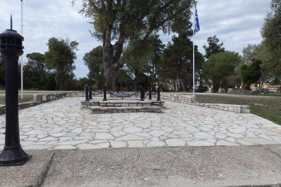 Gouvia, Greece: Unpretentious memorial on the beach next to Venetian Arsenal
