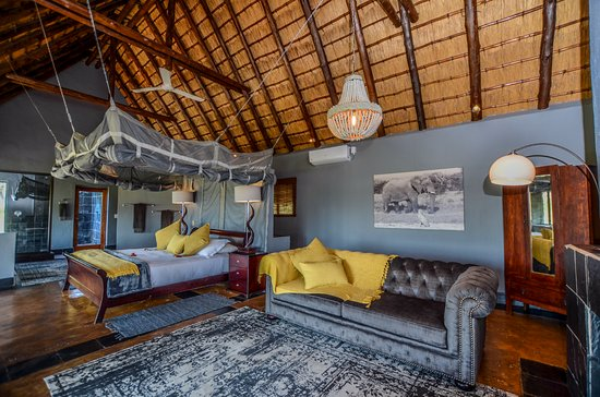 Nkorho Bush Lodge: Honeymoon suite, this suite has a wooden deck and overlooks the open area and waterhole.