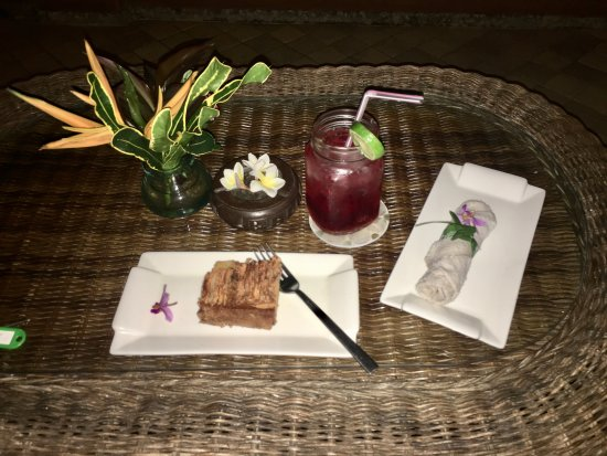 Mandala Desa: Welcome drink & cake (served on my private balcony)