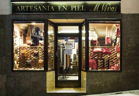 Malpartida de Plasencia, Spain: Vistazo parcial, entrada a la tienda con los escaparates.