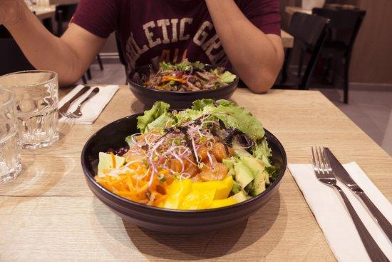 Le Buddha Bowl Et La Salade De Boeuf En Second Plan Foto Yong