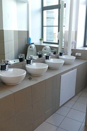 Molotoff Capsule Hotel: Waschraum Männer - bathroom guys
