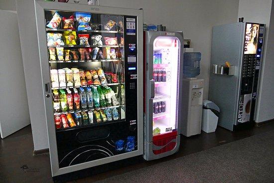 Molotoff Capsule Hotel: die Snackautomaten im Aufenthaltsbereich - snack vending machines