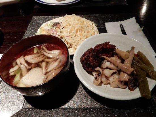 Misawa, Japan: 地元の食材でいっぱいで満足できるバイキング