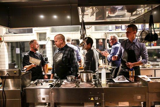 Angelholm, Sweden: Grabbarna lagar mat tillsammans.