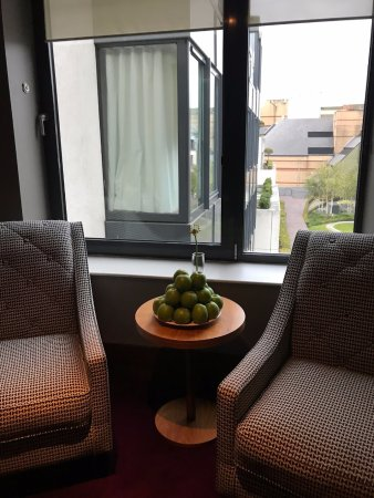 Fitzwilliam Hotel Dublin: apples stacked every morning by elevators