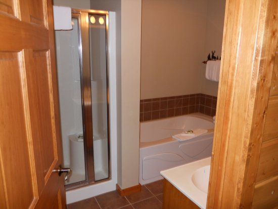 Nisswa, MN: Upstairs Main Bath Golf Villa