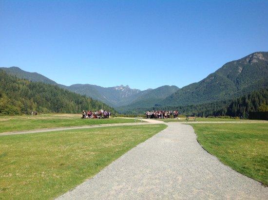 North Vancouver, Kanada: Walking toward the lake
