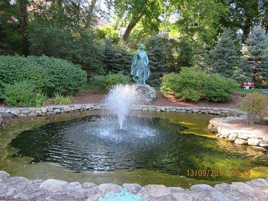 Brewster Gardens: water feature