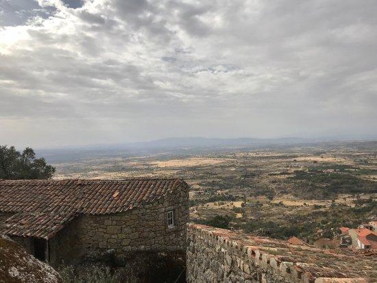 """Monsanto, Portugal: Un pueblo precioso, construido entre y con los """"penedos"""" del Monte. Está muy cuidado y, desde lo"""