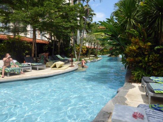 De kamers met terras liggen aan het zwembad picture of prime