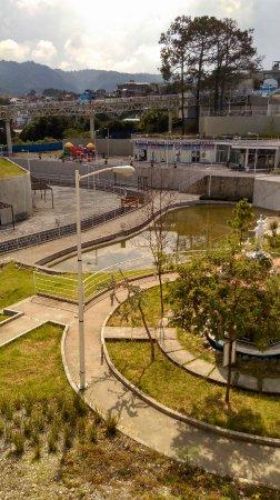 Plaza de la Constitucion: El parque que esta abajo de la iglesia esta muy bonito y tranquilo! Ideal para pasar un rato des