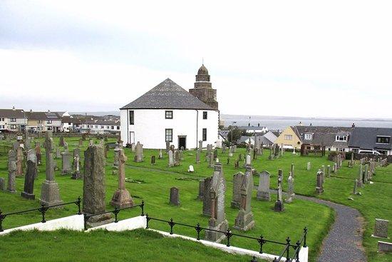 Bowmore, UK: L'église vue du haut du cimetière