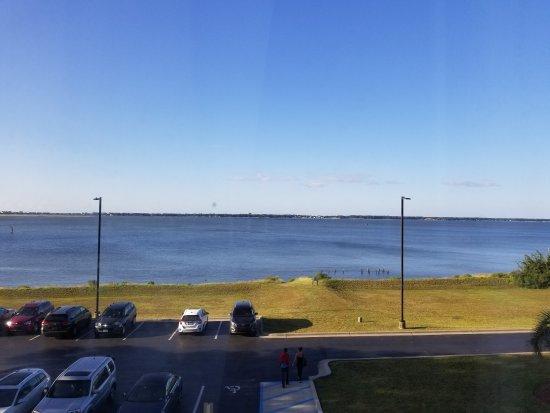 Morehead City, Carolina del Norte: Bay view.  Day and night.