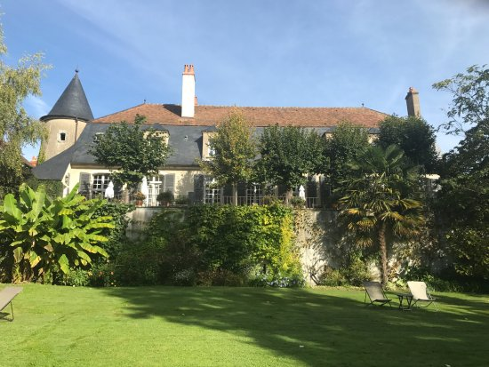 Sancerre, Frankrike: View of La Chanceliere from their large lawn and garden.