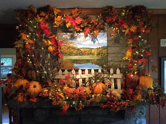 Mountainaire Inn and Log Cabins: The  Fall Mantel in Our Lobby