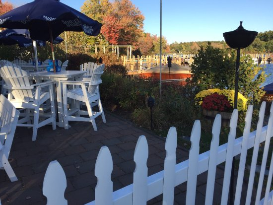 Wolfeboro, Nueva Hampshire: Wolfetrap Grill & Rawbar:  Perfect waterside venue. Perfect food and service!