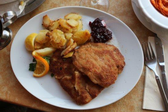 Gasthof Zum Zecher : Bra schnitzel med lingon
