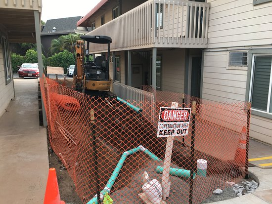 Days Inn by Wyndham Maui Oceanfront: Construction on property between rooms