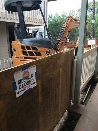 Days Inn Maui Oceanfront: Walkways closed due to construction