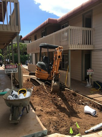 Days Inn Maui Oceanfront: Major equipment next to hotel rooms