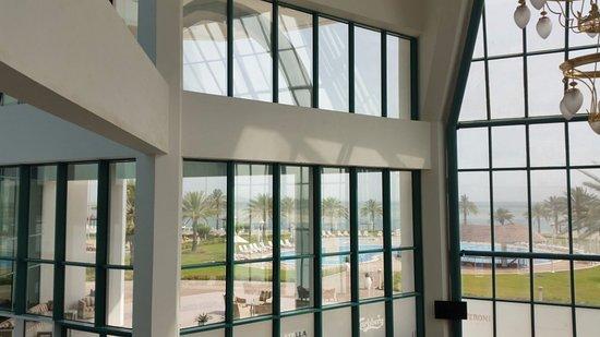 Mirfa, Uni Emirat Arab: منظر من الاستقبال للمسابح في الخارج
