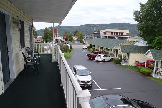 Heritage of Lake George Motel: View from the deck to the parking lot and cabins