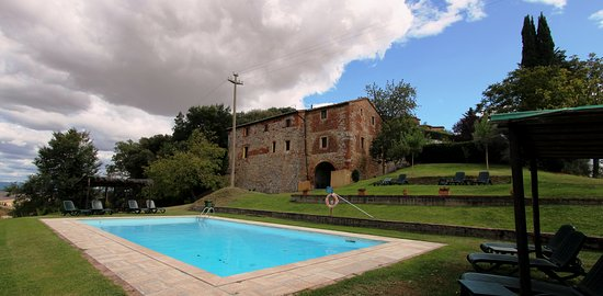 Monteroni d'Arbia, Italien: The apartments and the pool area.